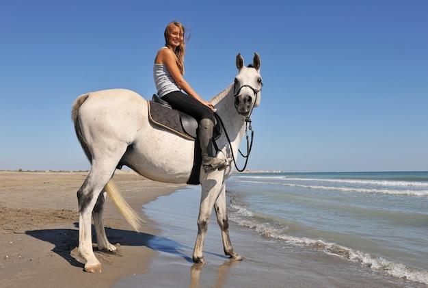 笑顔の乗馬の女の子