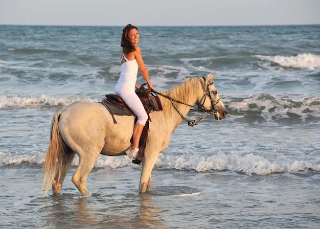 海に乗る女性