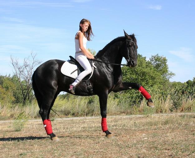 Молодая женщина и лошадь