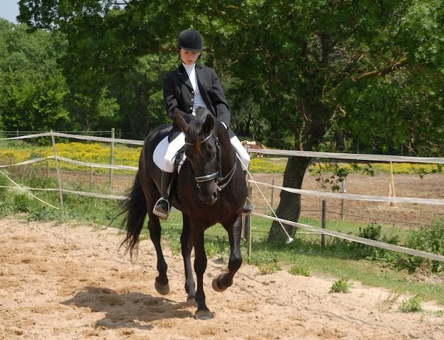 Лошадь и женщина в выездке
