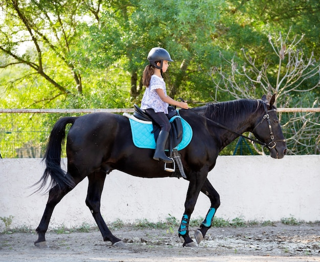 子供と馬に乗る