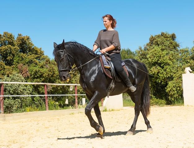 種牡馬に乗って女性