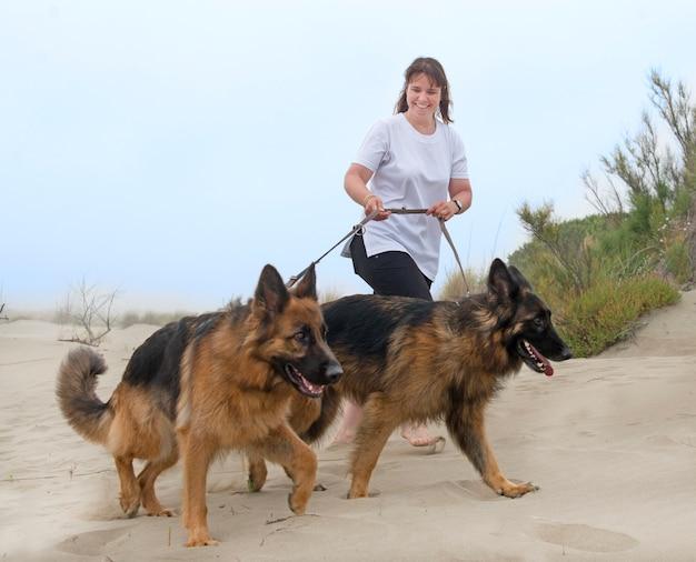 彼女の犬と一緒に歩いている女性