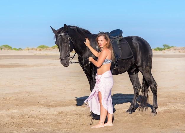 Лошадь женщина на пляже