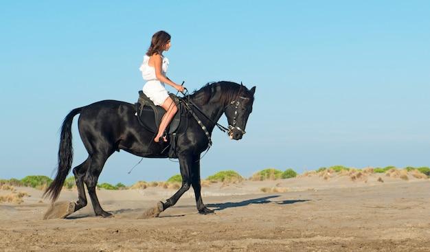 ビーチでの馬の女性