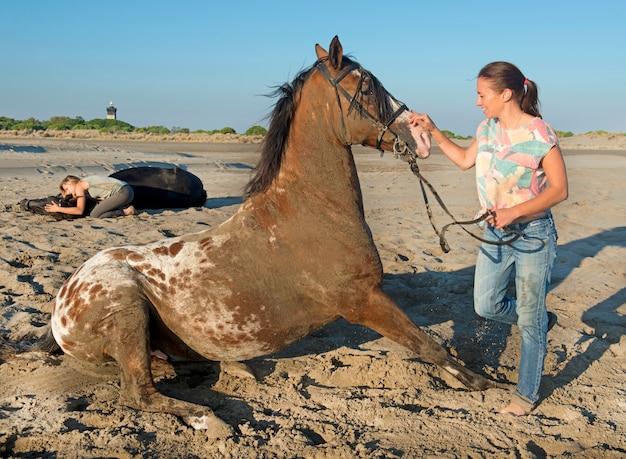 Девушка играет с лошадью