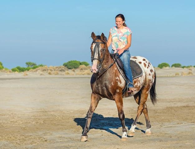 Женщина и лошадь аппалуза