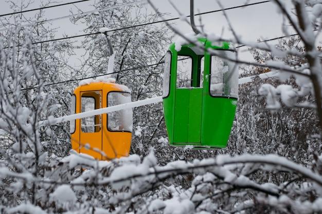 冬の雪に覆われた木のゴンドラリフト