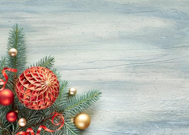 クリスマスの背景:モミの小枝とクリスマスつまらないもので飾られたコーナー