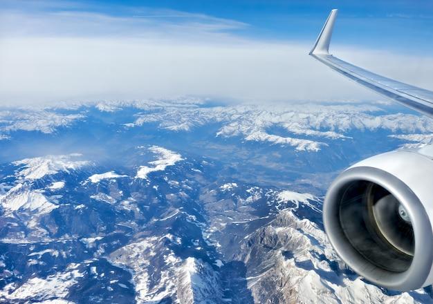 雪、飛行機から空撮の下でアルプス