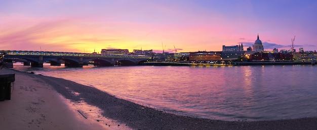 ロンドン、イギリスの日没のテムズ川のパノラマビュー