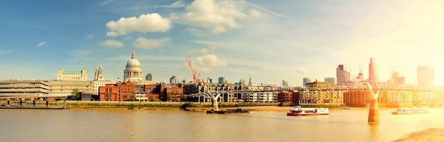 ロンドン、ミレニアムブリッジを通過する船のパノラマビュー