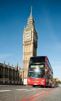 ビッグベンの前にロンドンのバス