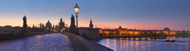 夜明けのカレル橋とヴルタヴァ川のパノラマ画像