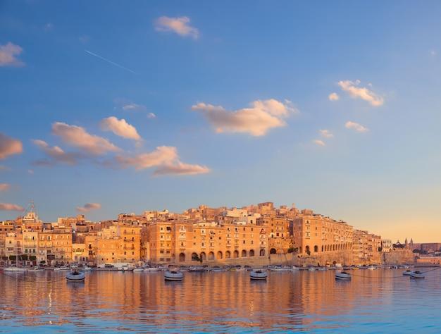 朝、マルタのセングレア半島のパノラマ