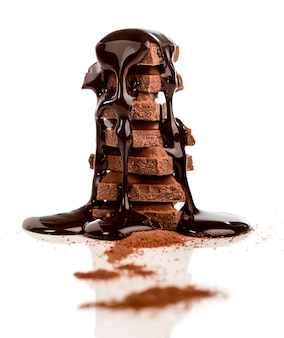 チョコレートシロップで覆われたチョコレートのスタック