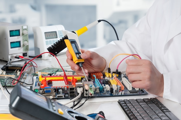 Ремонтник ремонтирует электронное оборудование