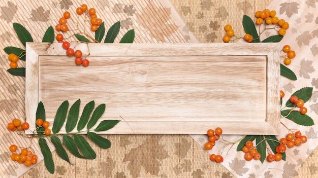 秋の装飾と木の板
