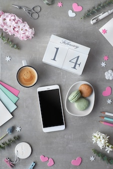 Валентина плоская планировка с жемчужными цветами гиацинта, эвкалиптом, мобильным телефоном и подарочными открытками