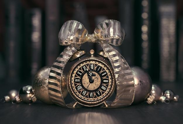 Старинный будильник показывает пять до двенадцати. с новым годом!