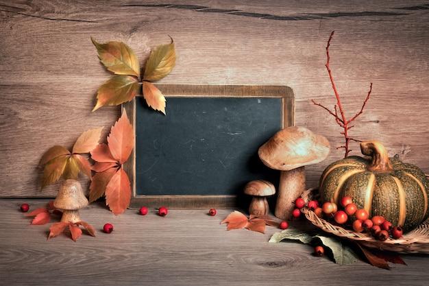 秋の装飾とあいさつ文のためのスペースを持つ黒板