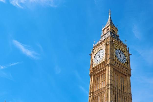 Биг бен часовая башня в лондоне, великобритания, в яркий день