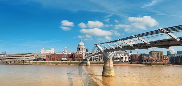 ロンドン、明るい日にロンドンのスカイラインとテムズ川のパノラマビュー