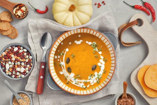 セラミックボウルにカボチャ、ミックス豆、サツマイモクリームスープ