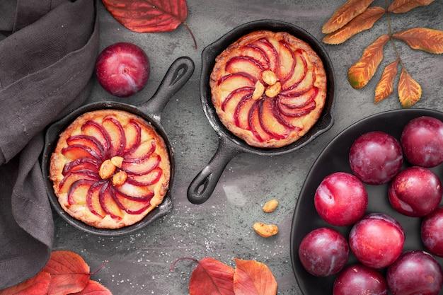 小さな鉄製のフライパンで焼いた梅のスライスと自家製のクランブルタルト