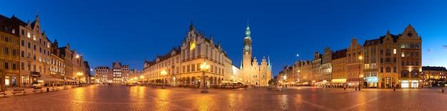 ヴロツワフ、ポーランドの夜のマーケット広場と市庁舎