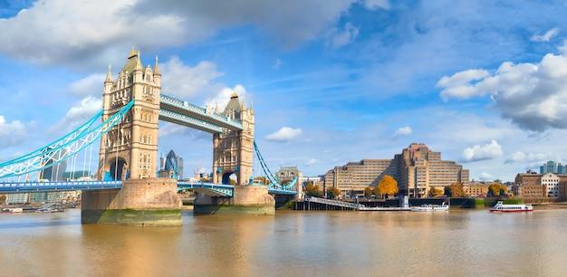 明るい晴れた日にロンドンのタワーブリッジ