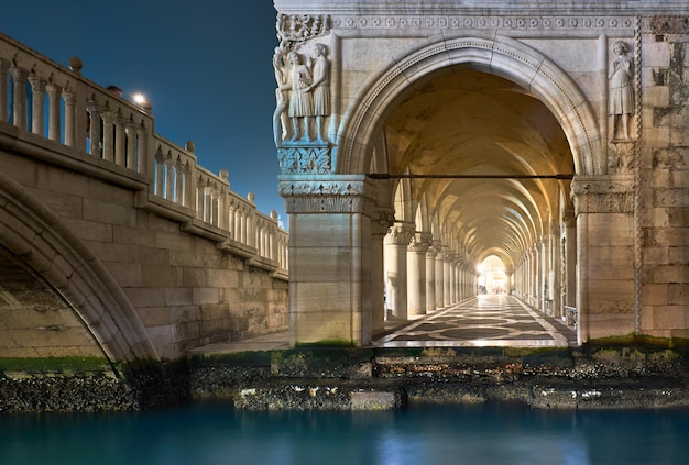 Древние арки дворца дожей на площади святого марка в венеции, италия