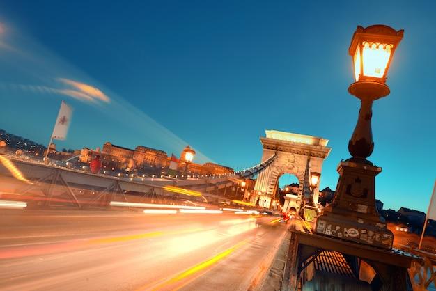 ハンガリー、ブダペストの吊り橋の夜の交通