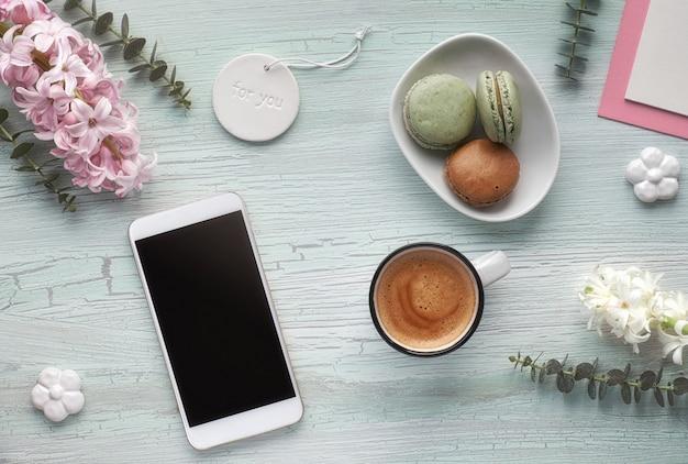 Весенняя плоская планировка с кофе, макаронами, жемчужными цветами гиацинта, эвкалиптом и украшениями