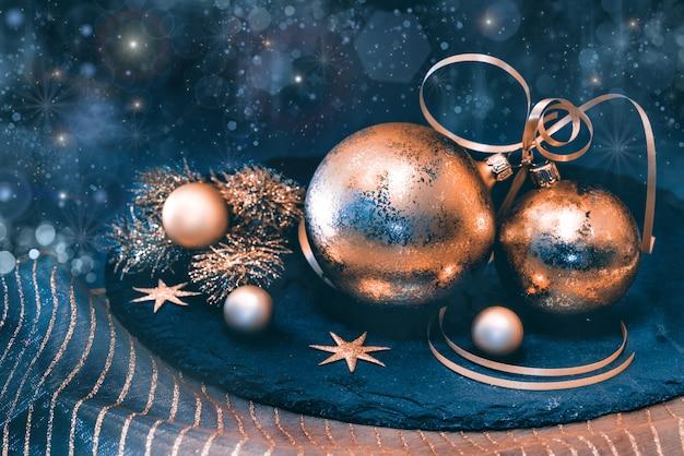 暗闇の中の黄金のクリスマスの装飾