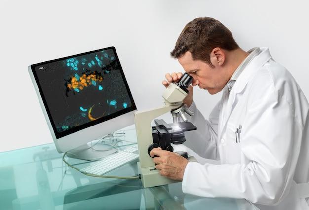 シニア男性顕微鏡技師