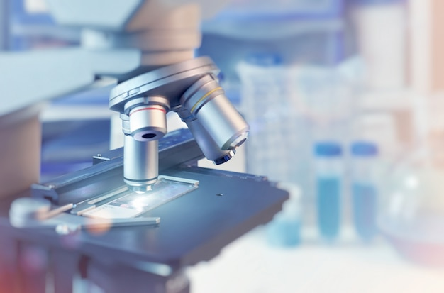 光学顕微鏡とぼやけた実験室のクローズアップと科学