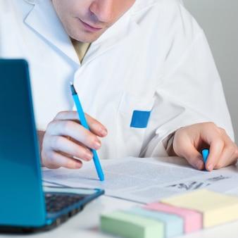 Молодой ученый читает свежую публикацию