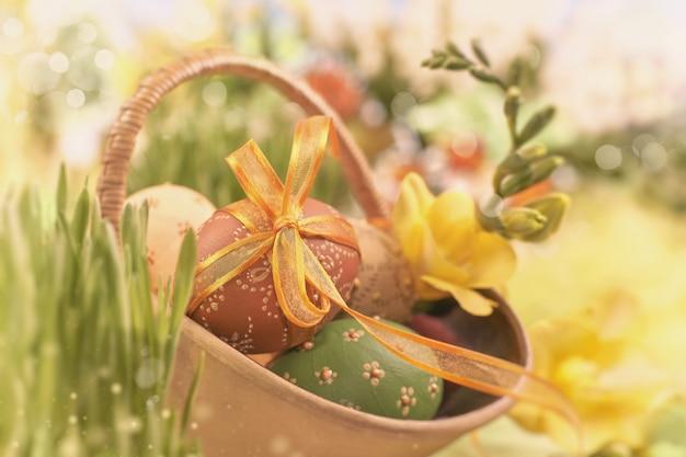 イースターの背景に卵、春の花