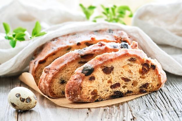 Пасхальный хлеб, крупный план на традиционном хлебе на деревенском дереве