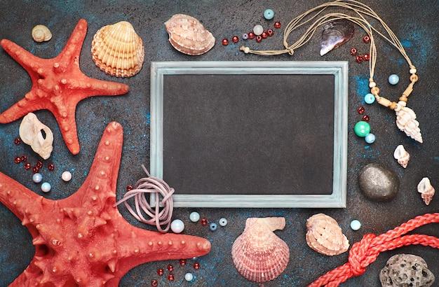 海の貝、ロープ、暗い、コピースペースに星の魚と空白の黒板