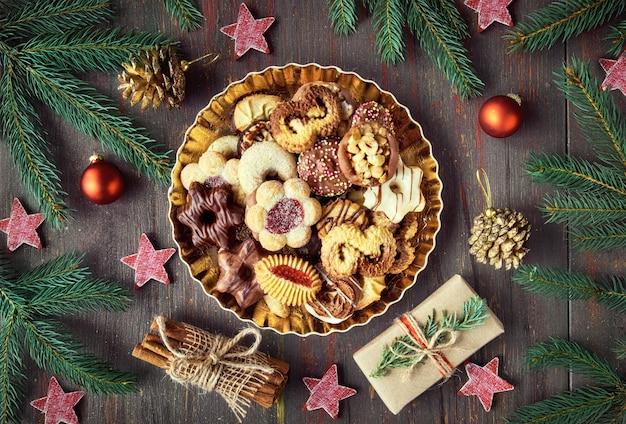 Тарелка рождественское печенье на темном деревенском