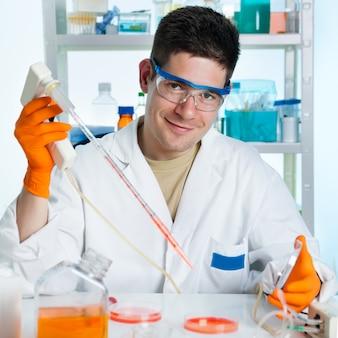 Молодой клеточный биолог работает