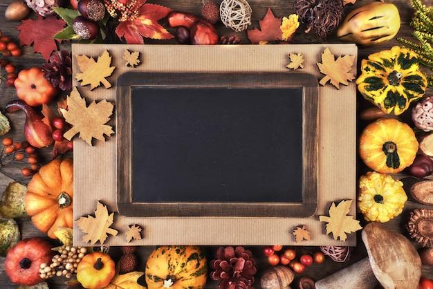 Осень с пустой доской и сезонными украшениями,