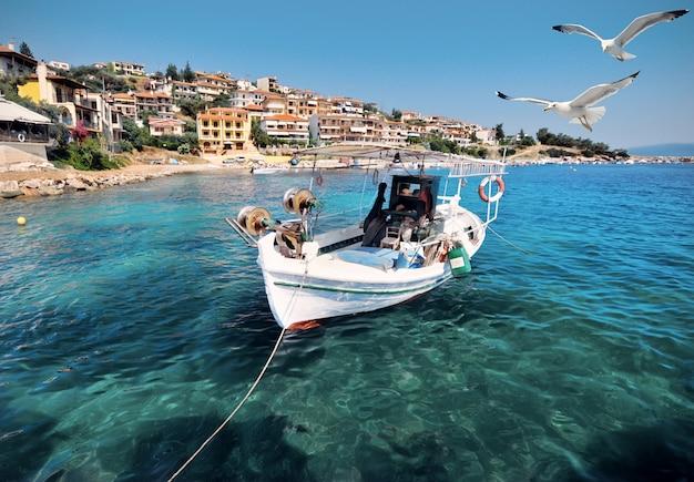 Лодка рыбаков в халкидики