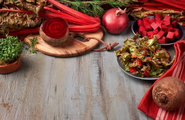 赤いビーツの根と葉、赤いビーツとテキストをカットした食べ物
