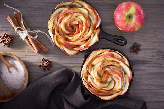 Домашнее слоеное тесто с кусочками яблок в форме розы, запеченное в железных сковородках