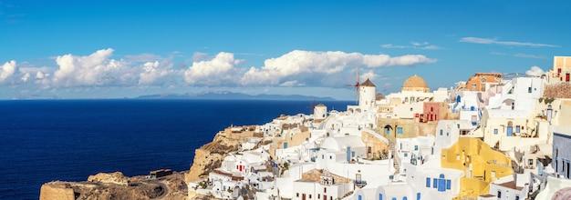 ギリシャの美しいサントリーニ島-イア村の伝統的な風車とアパート
