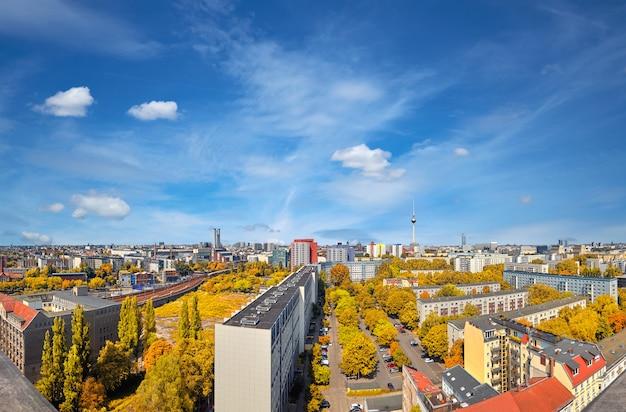 近代的な都市のスカイラインの眺め