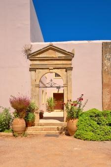 アーチ型の入り口を持つクレタ島のアルカディ修道院